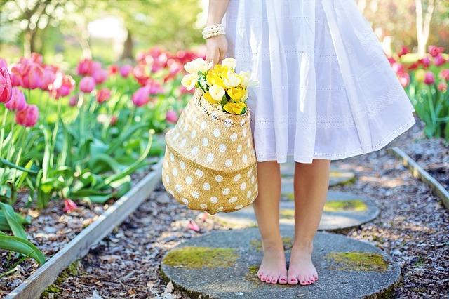 dívka s tulipány