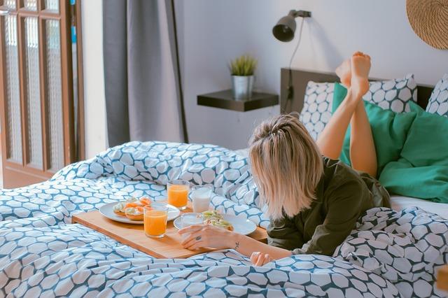 blondýna snídá v posteli