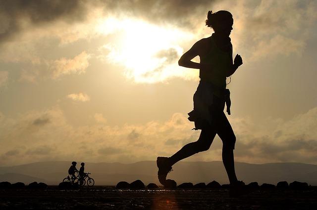 běžkyně a cyklisti