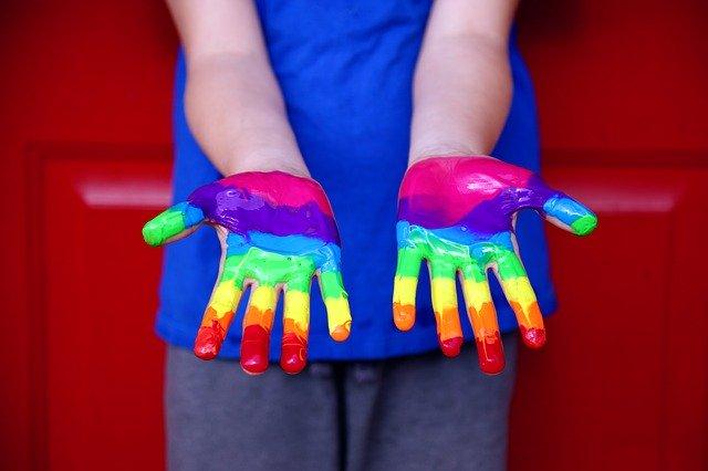 ruce s duhovou malbou