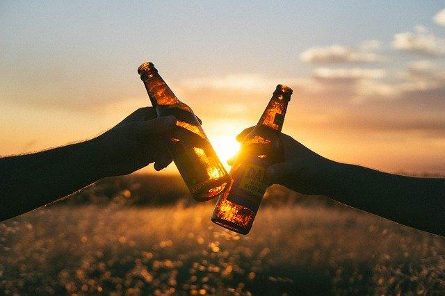 dva lidé s pivem