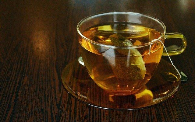hnědý čaj