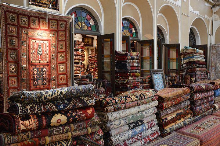 koberec barevné v obchodě